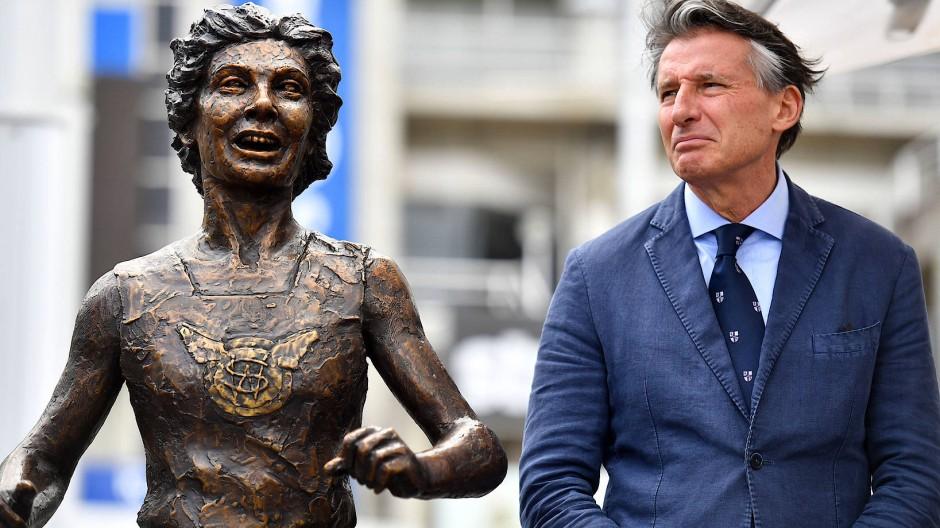 Image aufpoliert: Lord Sebastian Coe (rechts, neben einer Bronzeplasik der Australierin Marlene Matthews) und sein Internationaler Leichtathletikverband profitieren vom harten Umgang mit Russland.