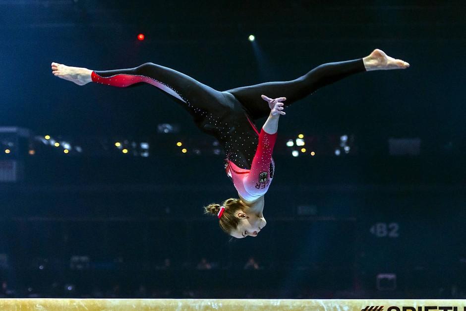 Ein Anzug als Statement: Sarah Voss bei ihrem Wettkampf am Schwebebalken.
