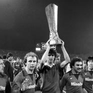 Eintracht-Helden für die Ewigkeit: Wili Neuberger, Werner Lorant, Bernd Nickel, Bernd Hölzenbein, Bruno Pezzey, Fred Schaub und Bum-kun Cha (von links nach rechts) mit dem Uefa-Pokal.