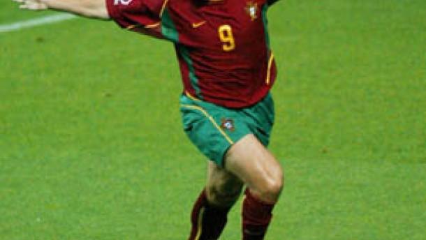 Portugals Pauleta schießt Polen aus dem Turnier
