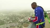 Basketballer wirft Korb aus 178 Metern Höhe