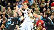 Hart erkämpft: Der Kieler Rasmus Lauge (M) ringt mit Leon Susnja (l) und Luka Sebetic