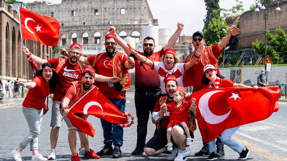 Die Türken in Rom: Die Fußball-EM vor dem Eröffnungsspiel.