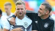 Gute Laune vor dem EM-Start: Arne Maier und Trainer Stefan Kuntz (rechts)