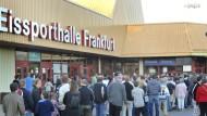 Massenandrang bei der Löwen-Party: Vor dem Spiel an der Eissporthalle