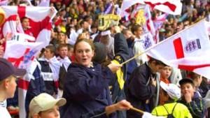 Wer sitzt, singt nicht: Wieder Stehplätze in Englands Stadien?