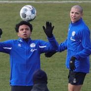 Training auf Abstand: Die Bundesliga versucht wie hier beim FC Schalke 04 mit Weston McKennie (links) und Amine Harit einen Schritt in Richtung Normalität.
