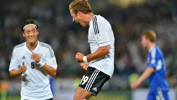 Pflichtsieg dank Götze und Özil