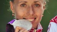 Abschiedskuss: Olga Kaniskina muss sich von ihrem Silberschmuck wieder trennen