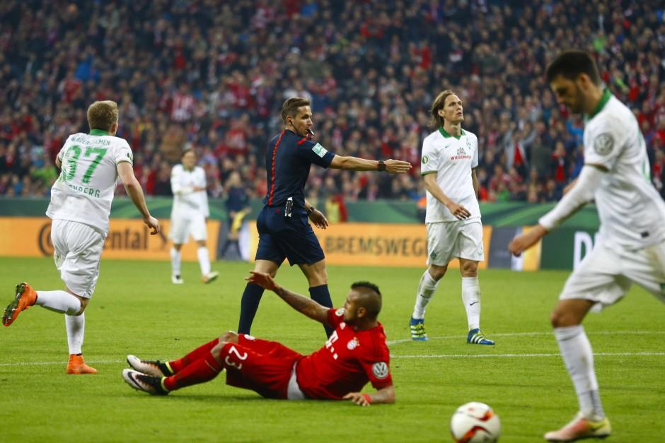 Dabei war der Chilene gar nicht getroffen worden, sondern hob freiwillig ab im DFB-Pokal-Halbfinale.