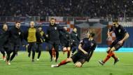 Kroatien freut sich mit dem entscheidenden Torschützen Tin Jedvaj.