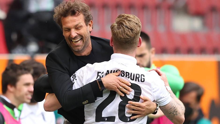 Auch in der nächsten Saison erstklassig: der FC Augsburg mit Trainer Markus Weinzierl
