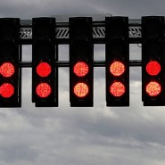 Zu spät auf Rot geschaltet: Die Formel 1 sagt den Saisonauftakt in Melbourne erst auf großen Druck hin ab.