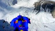 Basejumper springt aus 7700 Metern