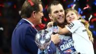 Quarterback Tom Brady (Mitte, mit Tochter Vivian und Moderator Jim Nantz) freut sich über den nächsten Super-Bowl-Titel.