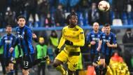 Klagt über rassistische Fan-Rufe: Dortmunds Michy Batshuayi (Mitte).