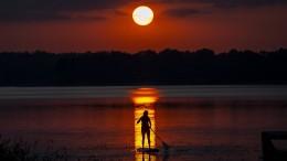 Wackelnd in den Sonnenuntergang