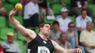 Klug und kräftig: Thomas Schmitt, 26 Jahre alt, 2,02 Meter groß, 140 Kilo schwer, stößt die Kugel 21,35 Meter weit