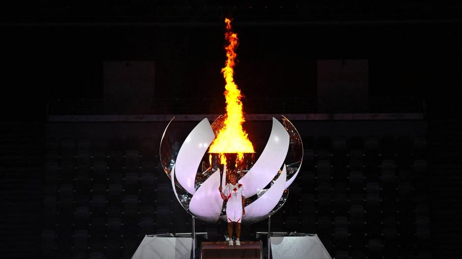 Naomi Osaka entzündete das olympische Feuer im Stadion in Tokio.