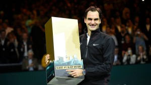 Federer genießt Alters-Rekord mit Champagner