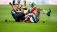 Rutschpartie zum Unentschieden: Schalke und Köln (im Bild Kölns Dominic Maroh (r) und Schalkes Franco Di Santo) trennen sich 2:2