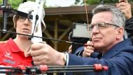 """Bundesinnenminister de Maizière nimmt die Leistungsfähigkeit deutscher Sportler ins Visier: """"Medaillen sind die Währung"""""""