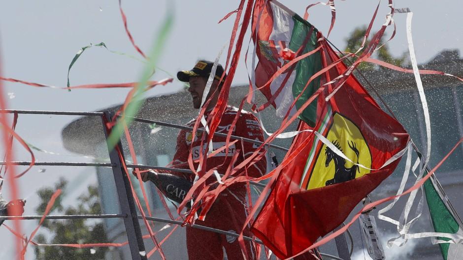 Als hätte Vettel gewonnen: Konfettikanonen wirben Papierschnipsel in den italienischen Farben in die Luft