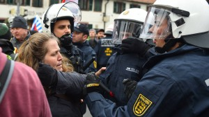 200 Gegendemonstranten festgesetzt