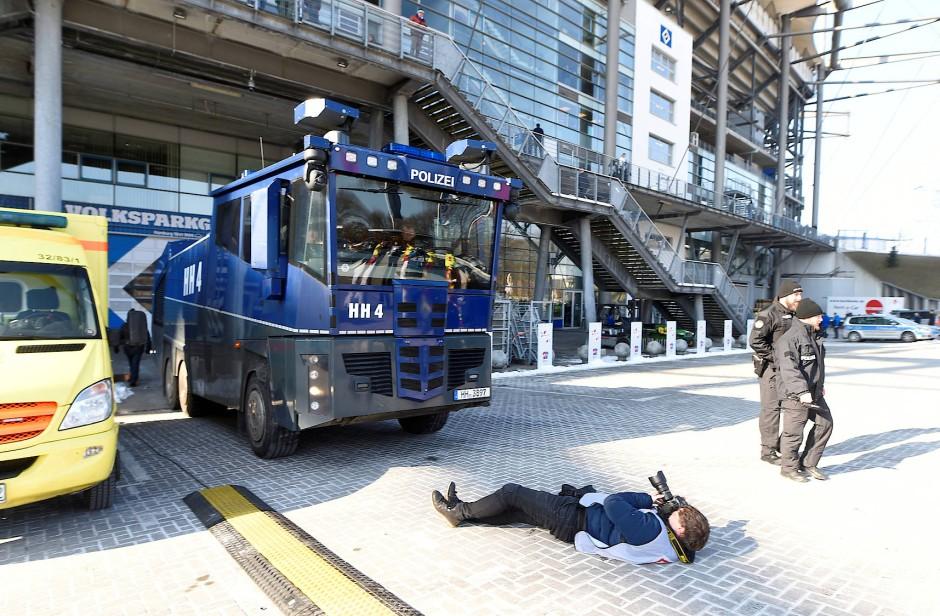 Der Wasserwerfer der Polizei war ein beliebtes Foto-Objekt.
