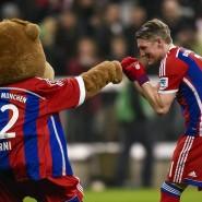 Wieder mittendrin: Sogar für einen kleinen Kampf mit dem Maskottchen hatte Bastian Schweinsteiger Zeit und Kraft.
