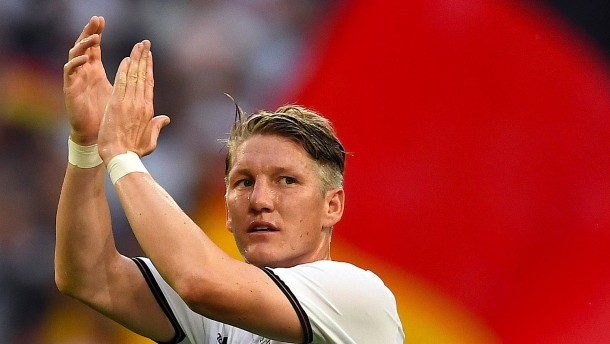 Beifall für Schweinsteiger, Geschenk für Podolski