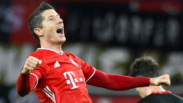 Lewandowski schießt FC Bayern auf Platz eins