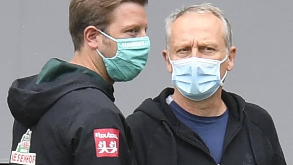 Gespräch unter Kollegen: Florian Kohfeldt (links) und Christian Streich vor dem Spiel Freiburg gegen Bremen