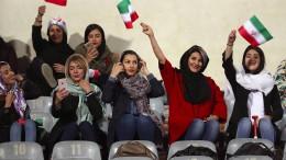 Iran lässt ausgewählte Frauen zu Männer-Spiel