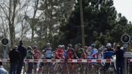 Bei Schranke Bremsen: Das Feld steht bei Paris-Roubaix still an einer Bahnschranke