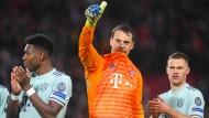 Daumen hoch: Manuel Neuer (Mitte) und die Bayern nehmen ein 0:0 mit aus Liverpool nach München.