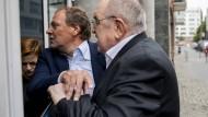 Duell der Alphatiere: Michael Lehner verwehrt Werner Franke (r.) den Zugang.