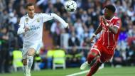 Real Madrids Mittelfeldspieler Lucas Vázquez (links) im Halbfinale der Champions League gegen Bayern München mit David Alaba.