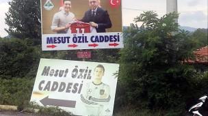 Mesut Özil polarisiert auch in Europa:  Die Gemeinde Devrek in Zonguldak, aus der seine Vorfahren stammen, hat das Straßenschild der Mesut-Özil-Straße bereits ausgetauscht