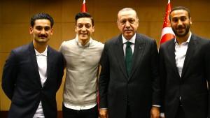 Wofür stehen Gündogan und Özil?