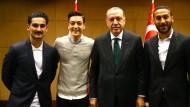 Ilkay Gündogan (links) und Mesut Özil mit Recep Tayyip Erdogan (rechts Cenk Tosun) in London.