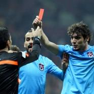 Keine Gnade für Trabzonspor: Die Rote Karte, die Dursun hier dem Schiedsrichter zeigt, gilt dem ganzen Klub.