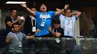 Diego Maradona (Mitte)  auf der Tribüne beim Spiel Argentinien gegen Nigeria. Um ihn versammeln sich einige Vertraute.