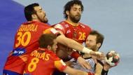 Handballer müssen hart im Nehmen sein, bei Duellen zwischen Spanien und Deutschland gleich doppelt und dreifach wie Steffen Fäth beim EM-Finale 2016