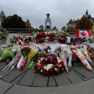 Blumen und Kränze erinnern am Donnerstag am Kriegsdenkmal in Ottawa an den getöteten Soldaten