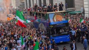 Scharfe Kritik an Busfahrt durch Rom nach EM-Titel