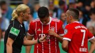 Schiedsrichterin Bibiana Steinhaus agierte ganz souverän – auch bei Franck Ribéry (rechts).