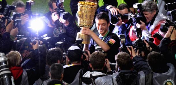 Der Pokal, die Fotografen und ich - Özil steht auch nachher im Mittelpunkt