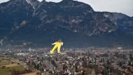 Peter Prevc ist in der Qualifikation über den Dächern von Garmisch nicht zu übersehen.