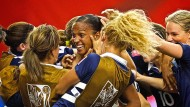 Mit voller Kraft ins Viertelfinale: die Französin Marie Laure Delie (Mitte) lässt sich von ihren Teamkolleginnen feiern